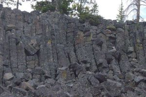 800px-Columnar_basalt_at_Sheepeater_Cliff_in_Yellowstone-closeup