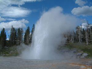 800px-Yellowstone_Grand_Geysir_02